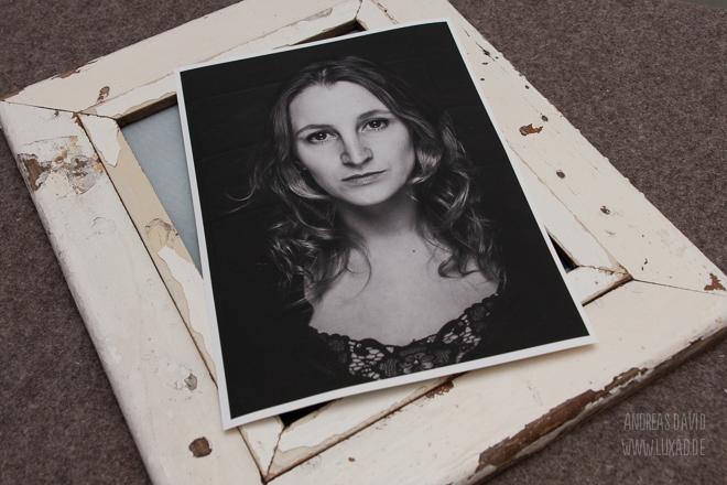 Schlichte Portrait mit Holzrahmen im Fotostudio Berlin