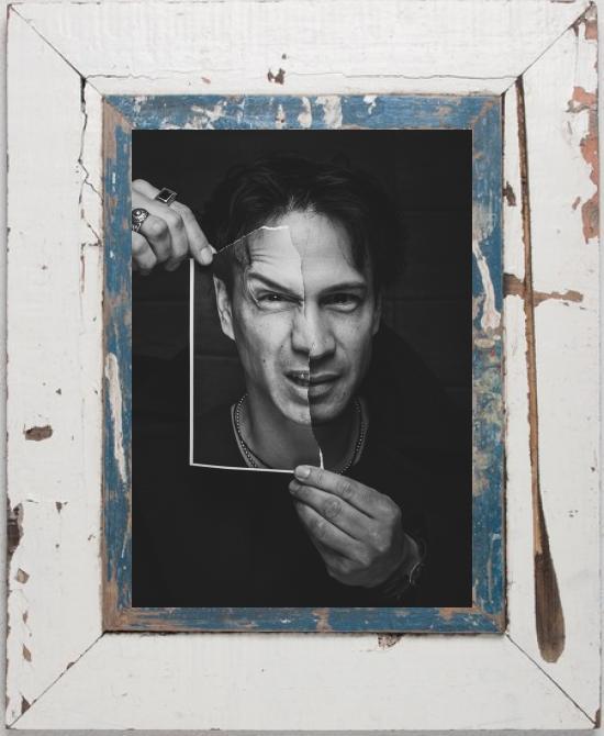 Zerissenes Portrait im Bilderrahmen